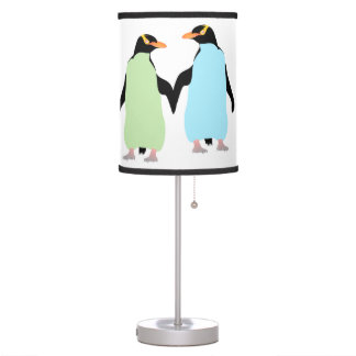 Pingüinos del orgullo gay que llevan a cabo las lámpara de mesa