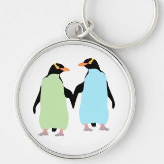 Pingüinos del orgullo gay que llevan a cabo las llavero redondo plateado