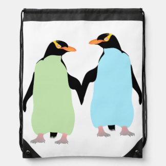 Pingüinos del orgullo gay que llevan a cabo las mochila