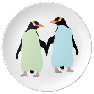 Pingüinos del orgullo gay que llevan a cabo las plato de cerámica