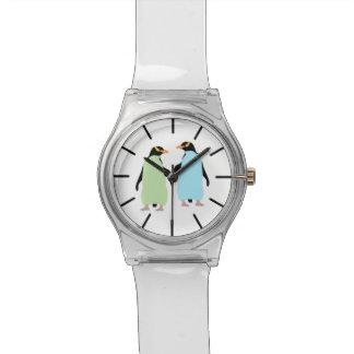 Pingüinos del orgullo gay que llevan a cabo las relojes de pulsera