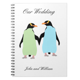 Pingüinos del orgullo gay que llevan a cabo las spiral notebook