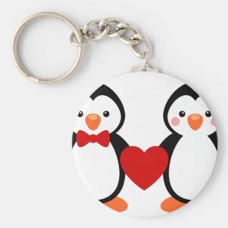Pingüinos en amor llavero redondo tipo pin