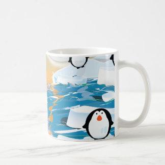 Pingüinos en el dibujo animado lindo del mar taza clásica