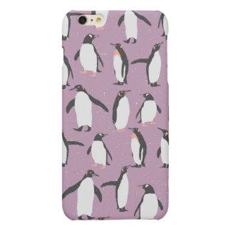 Pingüinos en la nieve en fondo púrpura