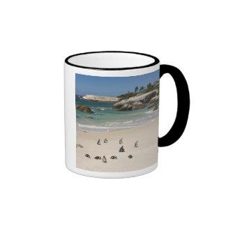 Pingüinos en la playa de los cantos rodados, taza de dos colores