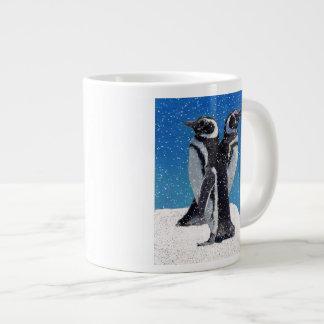 Pingüinos en la taza del jumbo de la nieve taza grande