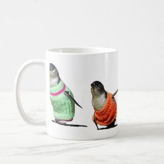 Pingüinos en suéteres taza