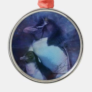 Pingüinos exóticos en smokinges adorno navideño redondo de metal