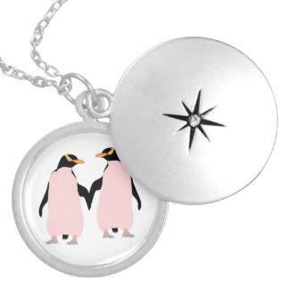 Pingüinos lesbianos del orgullo gay que llevan a collar redondo