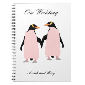Pingüinos lesbianos del orgullo gay que llevan a notebook