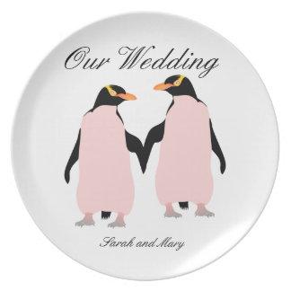 Pingüinos lesbianos del orgullo gay que llevan a platos