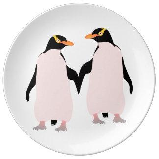 Pingüinos lesbianos del orgullo gay que llevan a platos de cerámica