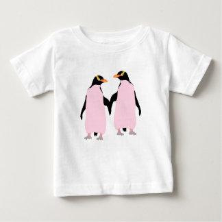 Pingüinos lesbianos del orgullo gay que llevan a tee shirt