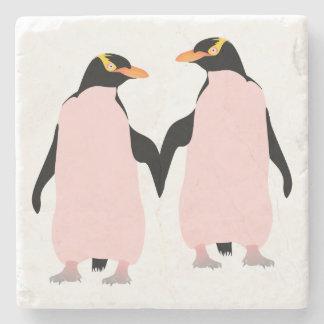 Pingüinos lesbianos del orgullo gay que llevan a posavasos de piedra