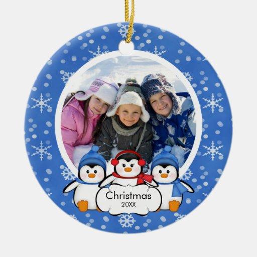Pingüinos lindos del ornamento del navidad de la adorno redondo de cerámica