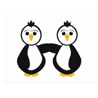 Pingüinos lindos que llevan a cabo las manos postal