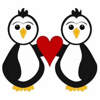 Pingüinos lindos que llevan a cabo un corazón adorno fotoescultura
