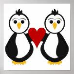 Pingüinos lindos que llevan a cabo un corazón posters