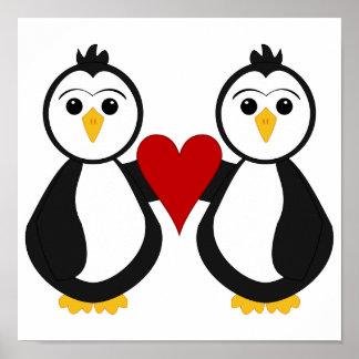 Pingüinos lindos que llevan a cabo un corazón póster
