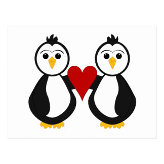 Pingüinos lindos que llevan a cabo un corazón tarjeta postal