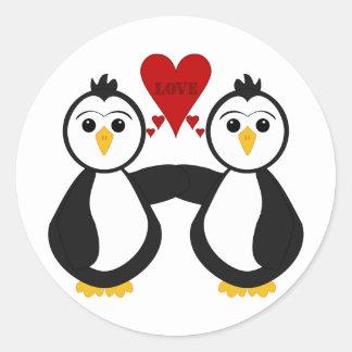 Pingüinos lindos que piensan amor pegatina redonda
