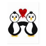 Pingüinos lindos que piensan amor tarjeta postal