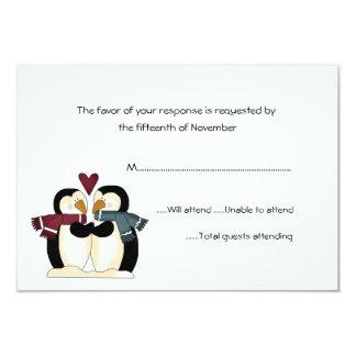 Pingüinos que casan la tarjeta de la respuesta invitación