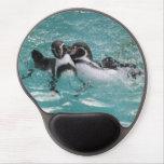 Pingüinos que juegan en el agua alfombrillas de raton con gel