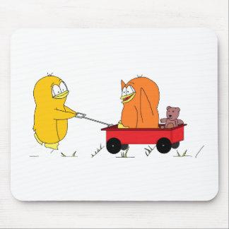 Pingüinos que juegan en un carro tapete de ratón