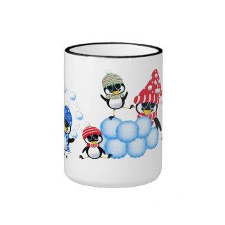 Pingüinos que lanzan bolas de nieve taza de café