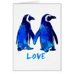 Pingüinos que llevan a cabo diseño del amor de las felicitación
