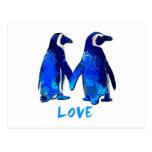 Pingüinos que llevan a cabo diseño del amor de las postal