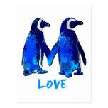 Pingüinos que llevan a cabo diseño del amor de las tarjetas postales