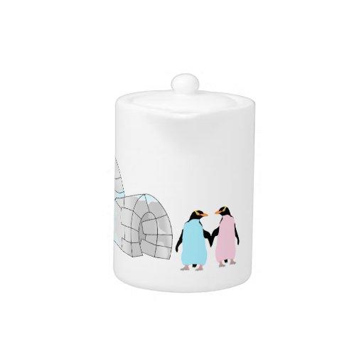 Pingüinos rosados y azules en el iglú