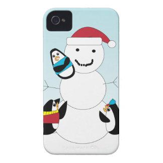 Pingüinos y hombre de la nieve carcasa para iPhone 4 de Case-Mate