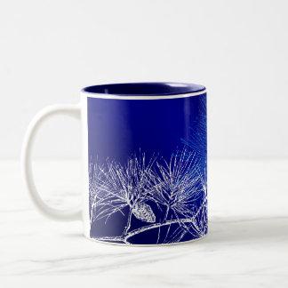 Pino azul y blanco del invierno tazas