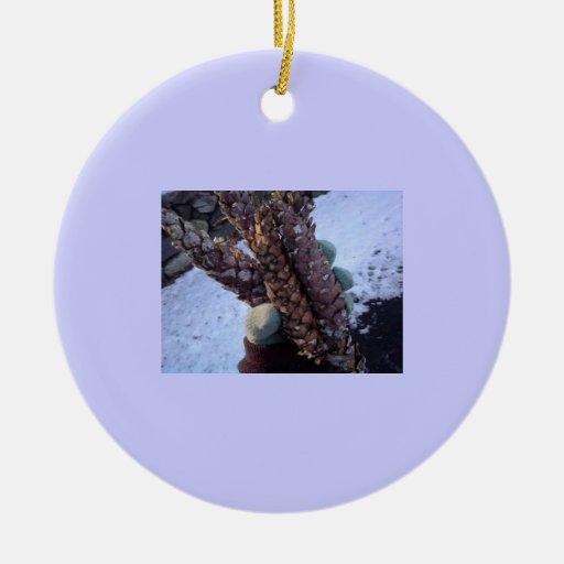 Pino con un guante adorno navideño redondo de cerámica