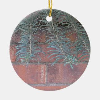Pino en el ornamento de la pared de ladrillo adorno navideño redondo de cerámica