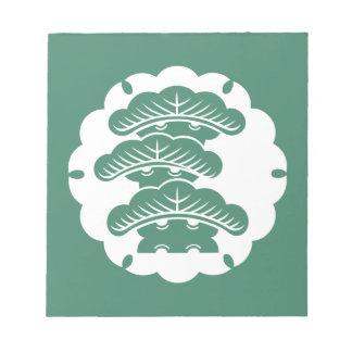 Pino tres-con gradas nevado en torta de arroz bloc de notas