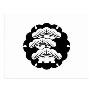 Pino tres-con gradas nevado en torta de arroz postal