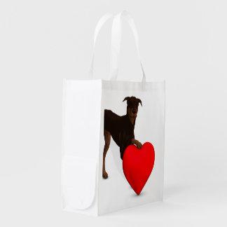 Pinscher del Doberman con el corazón Bolsas Para La Compra