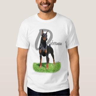 Pinscher del Doberman con la camiseta del nombre Playera