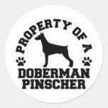 Pinscher del Doberman de la propiedad Pegatinas Redondas