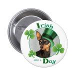Pinscher miniatura del día de St Patrick Pin