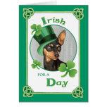 Pinscher miniatura del día de St Patrick Felicitaciones