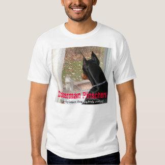 Pinschers del Doberman que protegen hogares contra Camisas