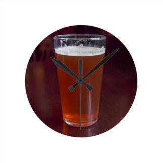 Pinta de cerveza reloj redondo mediano