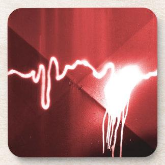 Pintada rociada en el metal rojo posavasos de bebida