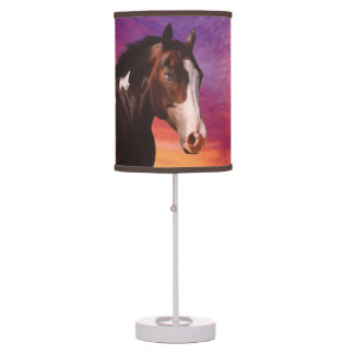 Pinte el caballo y la lámpara de mesa colorida de